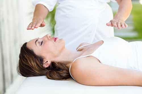 Люди лечащие руками, правильно ли они делают. И стоит ли лечить энергией рук?