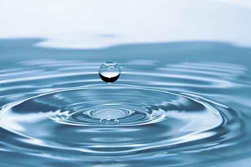 Чем полезна вода для организма человека.  Она способствует пищеварительному процессу, выделению токсинов и шлаков, а также  на помогает волосам и коже.